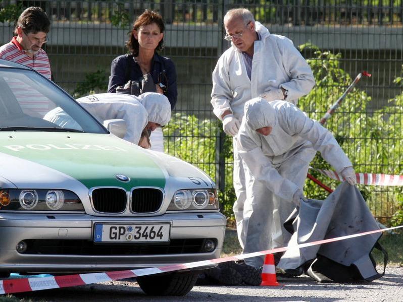 Beamte der Spurensicherung untersuchen Anfang 2007 auf der Heilbronner Theresienwiese den Tatort, an dem die Polizeibeamtin Michèle Kiesewetter getötet und ein weiterer Beamter schwer verletzt wurden.