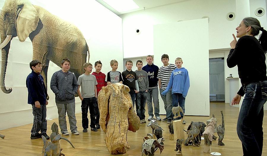 Schwerpunkt Kunstpädagogik: Galerie-Mitarbeiterin Jana Mantel führt Fürther Schüler durch die Ausstellung Mensch und Tier.
