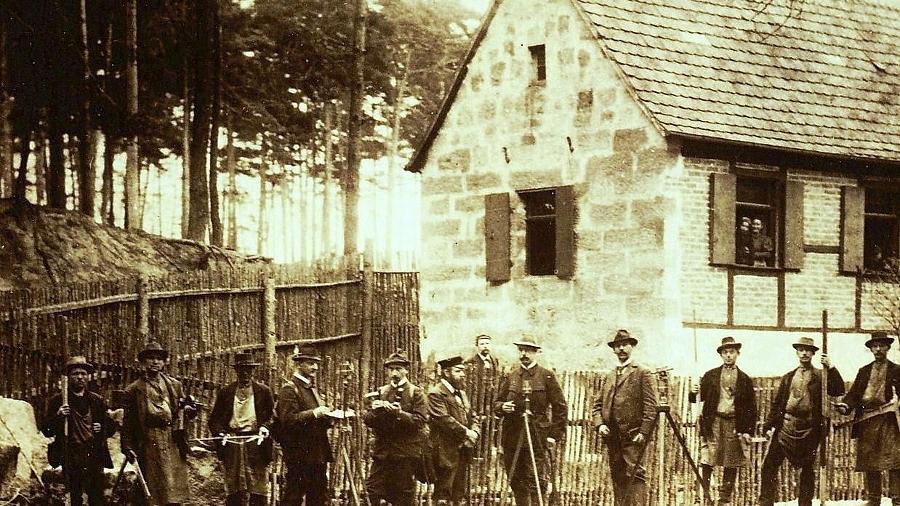 Um 1900 entstand dieses Bild mit Waldarbeitern und Förster vor der Ohrwaschel.Repro: Ernst Bayerlein