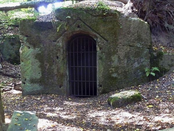 Der Eingang zum einstigen Felsenkeller, wo das Bier zum Kühlen gelagert wurde, existiert noch.