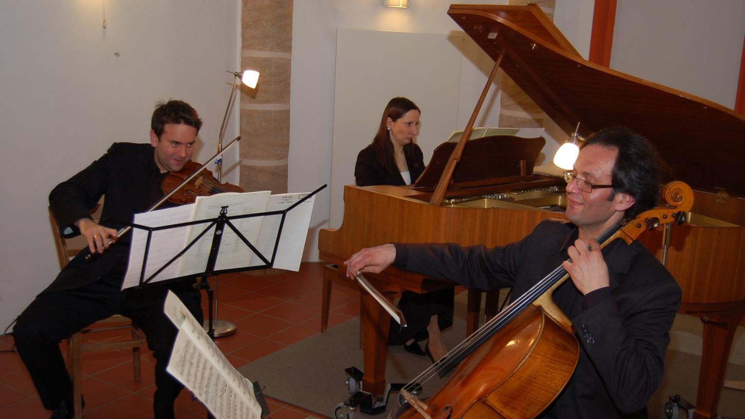Alexander Klemmstein (Violine), Elena Polyakova (Piano) und Emil Bekir (Violoncello) begeisterten mit gefühlvoller und perfekter Interpretation.