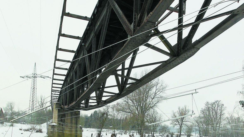 Die Eisenbahnbrücke bei Oberasbach hat lange keine Züge mehr gesehen. Dass irgendwann wieder Schienenfahrzeuge die Rednitz überqueren, wird mit der jüngsten Stadtratsentscheidung nicht wahrscheinlicher.