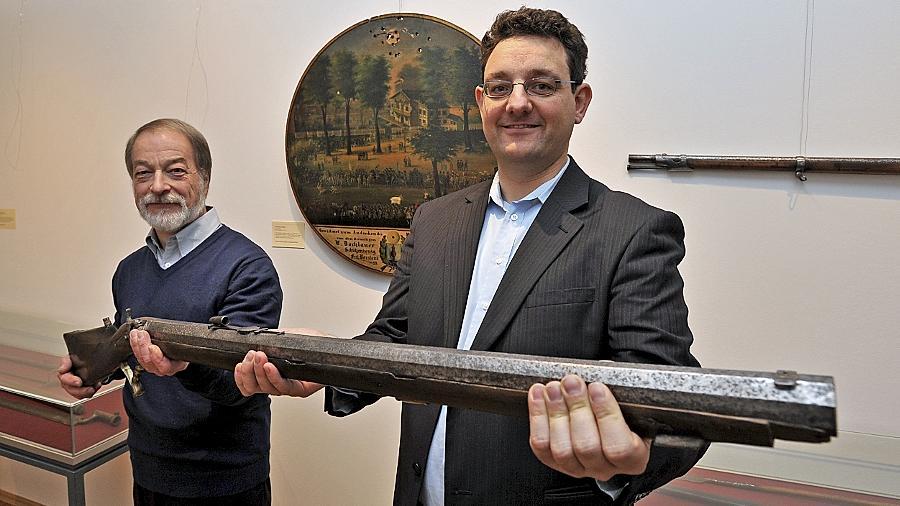Alle Mann an die Gewehre: Museumschef und Stadtarchivar Martin Schramm (re.) mit Waffenfachmann Richard Eskofier und imposantem Exponat.
