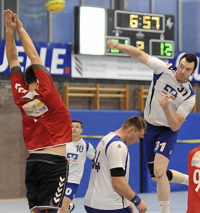 Steuerte sechs Treffer zum Kantersieg gegen Tabellenschlusslicht Gunzenhausen bei: Marc Hofmann (rechts) von der HG/HSC Fürth.
