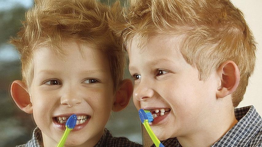 Mindestens zwei Mal am Tag sollten wir unsere Zähne putzen. Die meisten Zahnbürsten aus dem Drogeriemarkt bestehen allerdings aus Plastik. Nach etwa drei Monaten hat das gute Stück ausgedient und landet im Müll. Um die Umwelt zu schonen, stellen immer mehr Händler Zahnbürsten aus Bambusholz mit Naturborsten her, denn diese sind nach der Entsorgung biologisch abbaubar. Kleiner Tipp am Rande: Auch Zahnseide und Zahnpasta werden bereits mit natürlichen Materialien hergestellt. So lässt sich bei der täglichen Bad-Routine eine Menge Plastik einsparen.