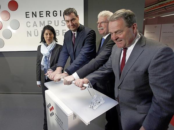 Sie wollen mit einem symbolischen Startschuss die Bedeutung des EnCN hervorheben (v.l.): Wirtschaftsstaatssekretärin Katja Hessel, Finanzminister Markus Söder, Wirtschaftsminister Martin Zeil und Wissenschaftsminister Wolfgang Heubisch.