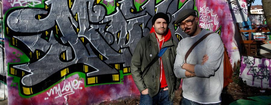 Carlos Lorente aka Kid Crow (links, 34)  und Pablo Fontagnier aka Hombre (31) haben in den 90ern mit dem Sprayen angefangen. Heute führen sie Besucher zu den Nürnberger Graffiti- und Streetart-Hotspots. Die Tour beginnt im Innenhof des Stadtteilzentrums Desi - leider sind übrigens alle Touren schon ausgebucht, eine Anmeldung ist nicht mehr möglich.