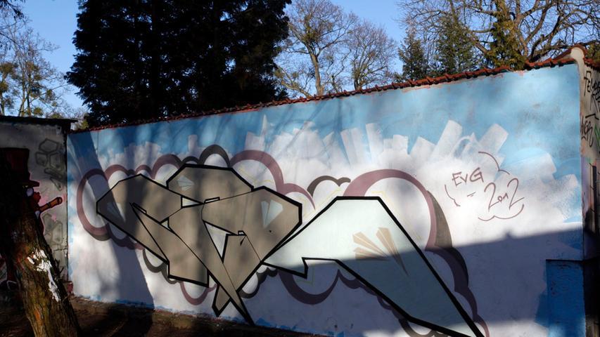 Beim Graffiti-Sprayen geht es auch darum, seinen eigenen Stil zu entwickeln. Dieser Künstler fällt unter den anderen Werken besonders auf, allein schon wegen der ungewöhnlichen Farbauswahl.