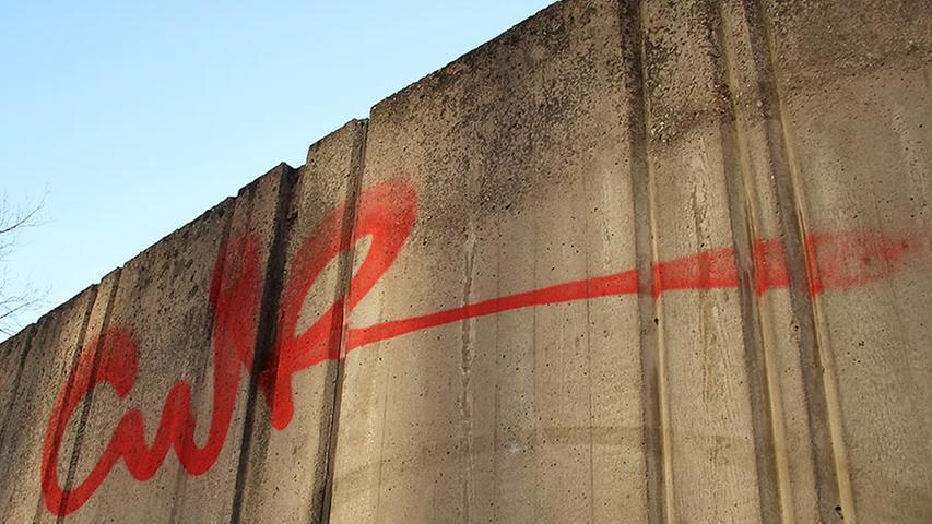 Diesen Schriftzug in der Willstraße muss ein erfahrener Künstler gemacht haben. Der Tag wurde lange geübt und schwungvoll ausgearbeitet.
