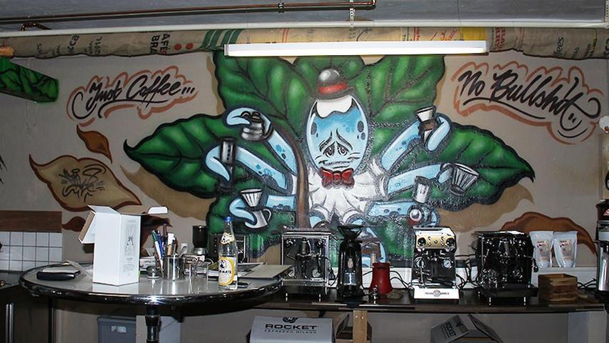 Manchmal werden Graffitis sogar ausdrücklich erwünscht. So wie hier im Falle einer Auftragsarbeit von Carlos in der Kaffeerösterei Machhörndl.