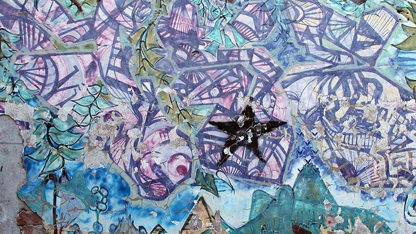 Dieses Werk stammt aus den 90ern. Das erkennt man vor allem an dem deutlich sichtbaren Malduktus. Früher waren die Farben noch nicht so stark pigmenthaltig und flächendeckend. Dass das Bild heute immer noch zu sehen ist (im MUZ-Innenhof) verdankt der Künstler dem Ansehen, das er in der Szene bereits hat.