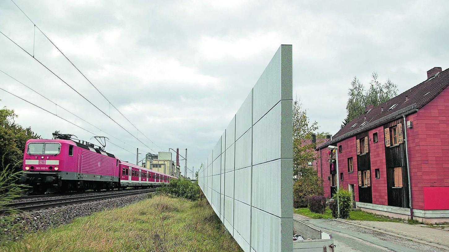 So könnte es aussehen: Ein fünf Meter hoher Schallschutz wird in der Jean-Paul-Straße errichtet.