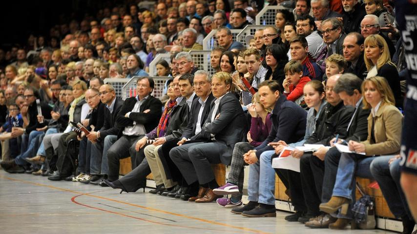 Doch in der zweiten Spielhälfte sehen die Zuschauer um Bayerns Innenminister Joachim Herrmann ein komplett anderes Spiel.