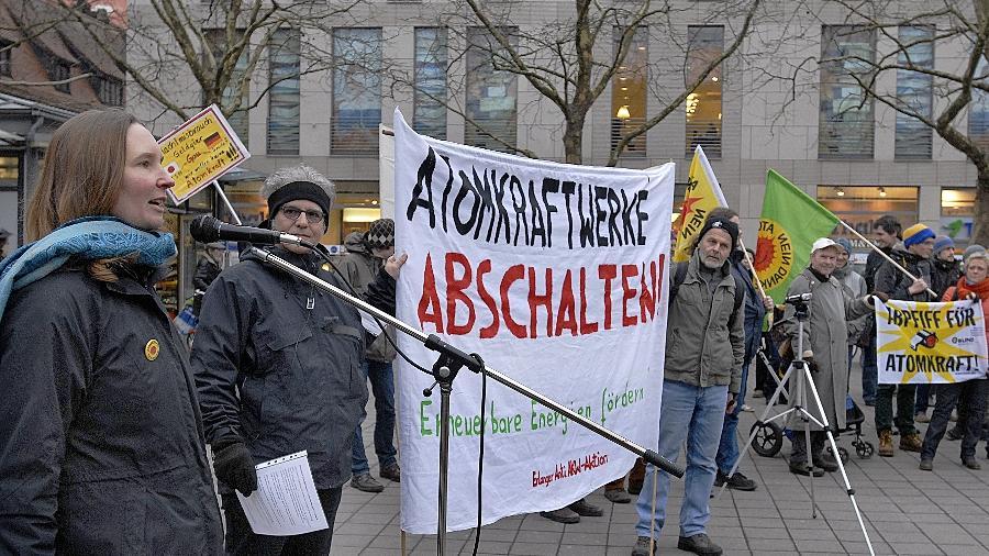 """Die Erlanger Initiative """"Atomausstieg jetzt!"""" hielt auf dem Hugenottenplatz eine Mahnwache und Kundgebung ab: Die Debatte um die Strompreiserhöhung dürfe nicht die tödlichen Risiken der Atomkraft verschleiern."""