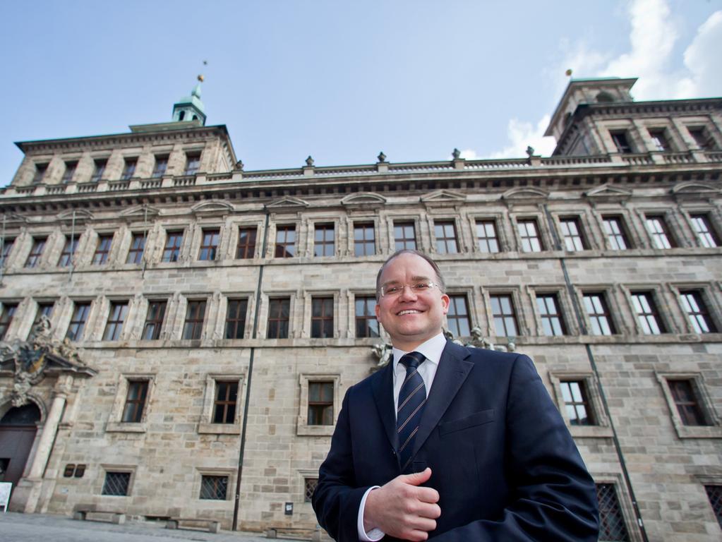 CSU-Fraktionschef Sebastian Brehm vor dem Nürnberger Rathaus: Der OB-Kandidat der Christsozialen hat konkrete Vorstellungen beim Kommunalwahlrecht für Nicht-EU-Bürger.