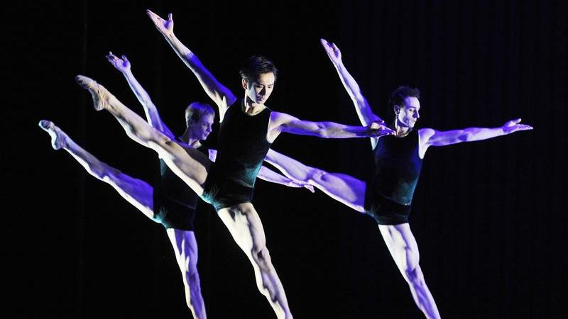 Mitglieder des Ballettensembles beim Badischen Staatstheater Karlsruhe tanzen «In den Winden des Nichts».