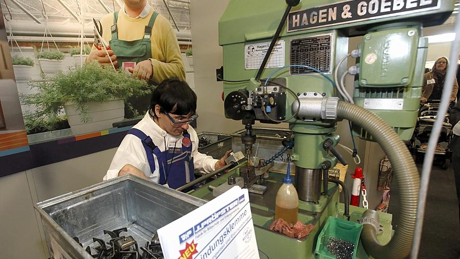 Für die Werkstättenmesse wurde diese Gewindeschneidmaschine aus einer Behindertenwerkstatt der Noris Inklusion auf das Messegelände verfrachtet.