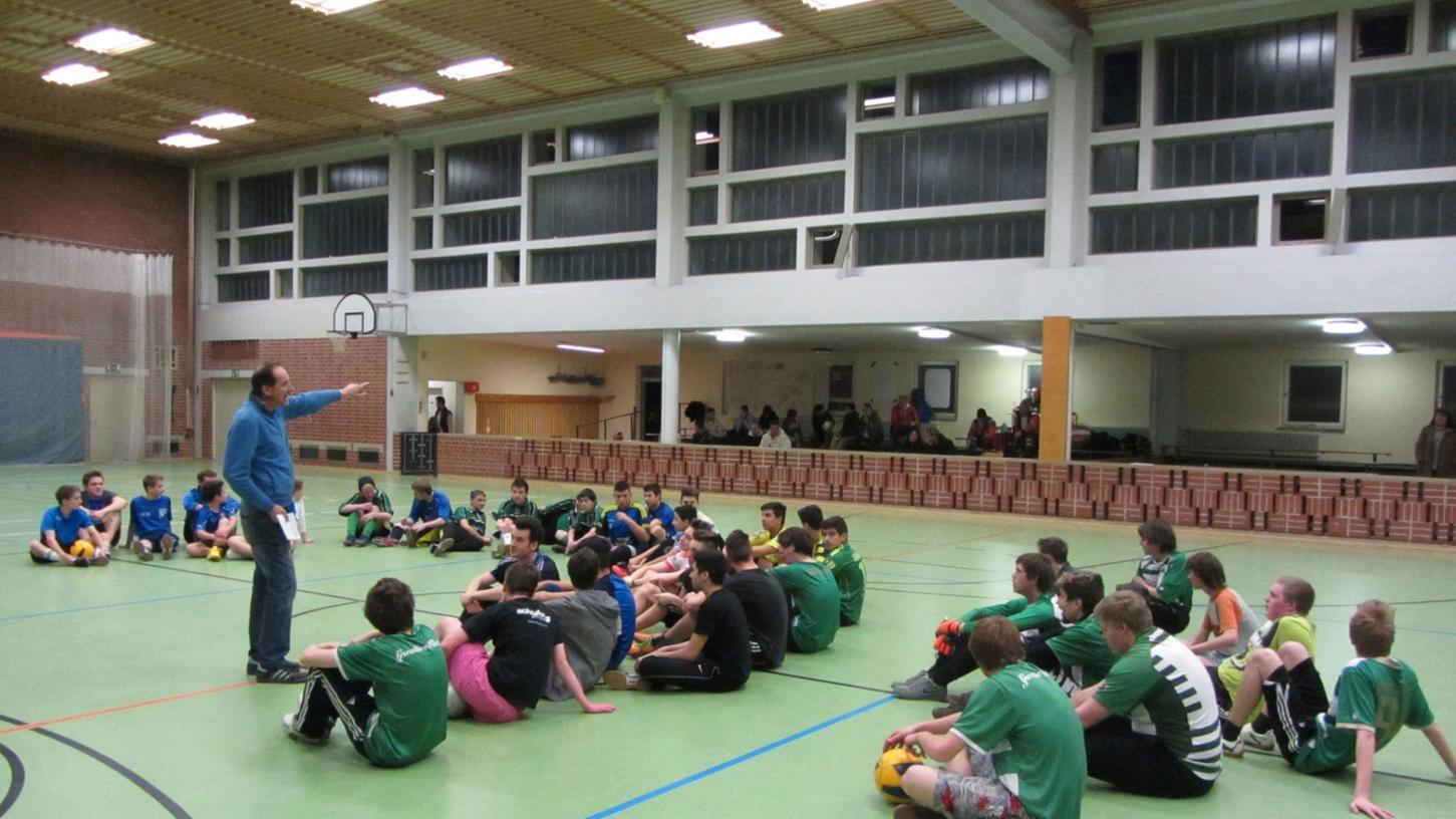 Einweisung vor dem Turnier: Rolf Wunderlich spricht zu den Spielern.
