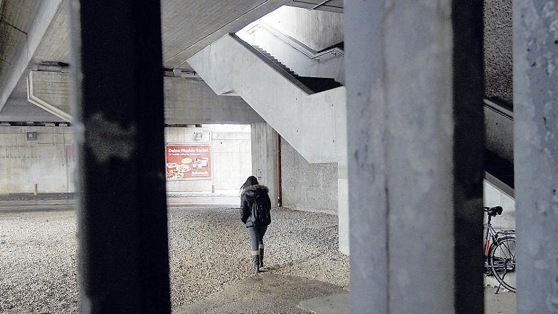 Das Schotterfeld unter dem neuen S-Bahnsteig Rothenburger Straße wirkt schon bei Tageslicht nicht besonders einladend. Nach Einbruch der Dunkelheit allerdings dürfte nicht nur Frauen mulmig zumute werden, die hier aus- oder umsteigen.