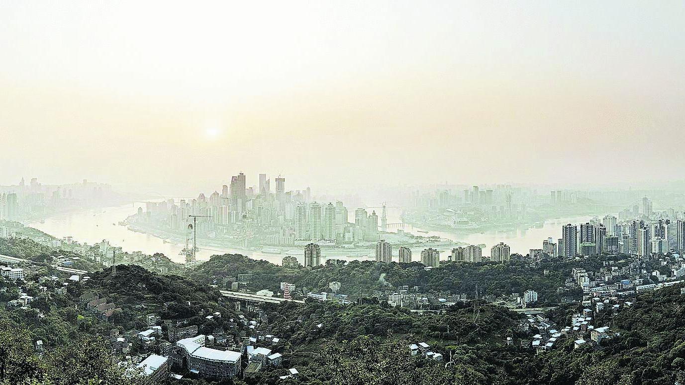 Größte Stadt der Welt: In Chongquing wohnen 40 Millionen. Die Foto-Schau ist bis 19. Mai zu sehen (Di.–Fr. 9–17 Uhr, Sa./So. 10–18 Uhr, Äuß. Sulzbacher Str. 62, Nbg.)