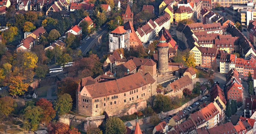 Sie gilt als das Wahrzeichen der Stadt Nürnberg: die Kaiserburg. Besucher können an einer bunt gemischten Auswahl an Programmpunkten auf der Burg wählen. Ob nur eine Runde im Burggarten schlendern oder ein Besuch im Museum - die Kaiserburg ist ein Erlebnis für die ganze Familie. Ein ausführliches Programm erhalten Sie hier.