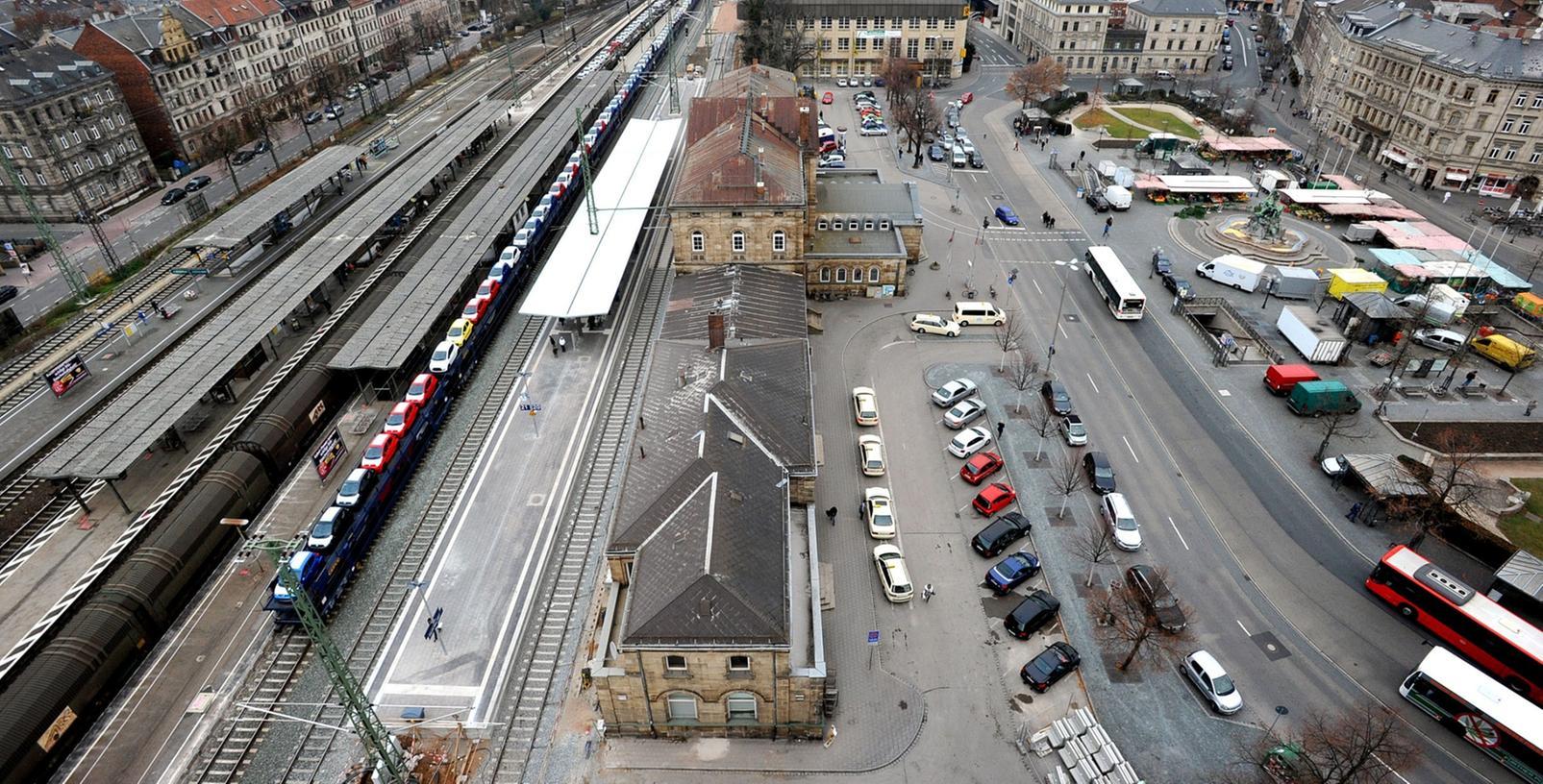 Nach Jahren des Stillstands zeichnet sich eine Lösung für Sanierung und Umbau des Bahnhofgebäudes ab. Während die Stadt den Ostflügel (vorne) erwerben könnte, ist ein Investor interessiert, den Westflügel (verdeckt) zu übernehmen. Der Mittelteil bliebe in Händen der Bahn.