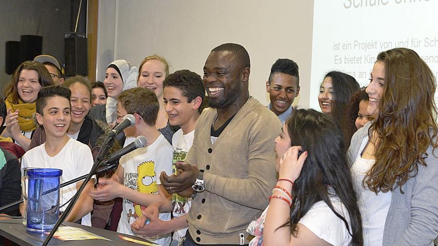"""Gerald Asamoah macht alles mit: Hier lässt er sich bei der Verleihung des Titels """"Schule ohne Rassismus, Schule mit Courage"""" zusammen mit den Anti-Diskriminierungsbeauftragten der einzelnen Klassen fotografieren."""
