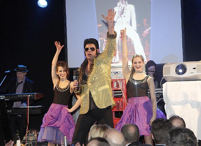 Viva Las Vegas: Elvis alias Marc O' Vincent und seine charmanten Mittänzerinnen brachten die Gäste im Hax'n Liebermann-Zelt zum Mitklatschen.