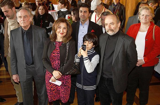 Scharten sich beim Empfang im Rathaus um Generalkonsulin Ece Öztürk Cil (Mitte): Jury-Präsident Michael Verhoeven (links) und der türkische Filmemacher Reis Çelik.