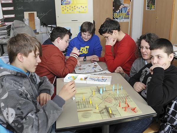 In der Erwin-Lesch-Schule spielten die Schüler alte Brettspiele aus der NS-Zeit.