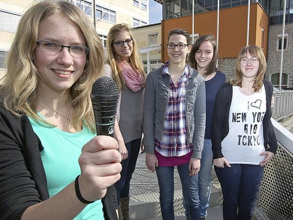 Diese Realschülerinnen recherchierten im Stadtarchiv.