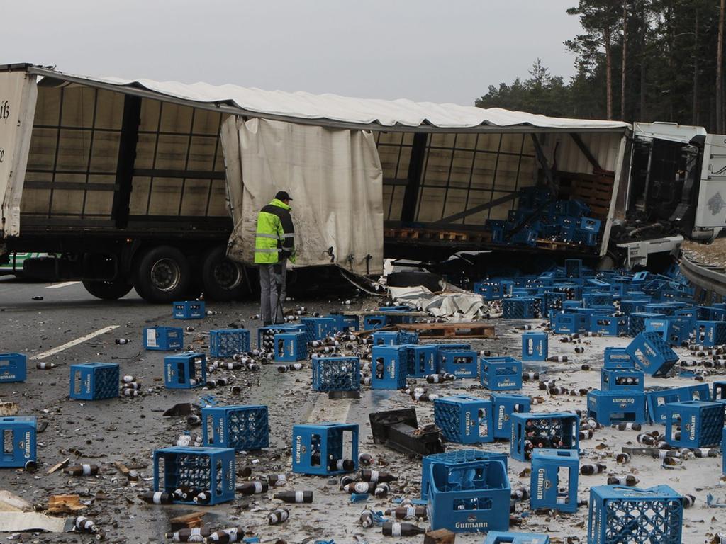 Lkw an der Unfallstelle am Montag (25.03.2013) auf der A9 zwischen Nuernberg  Fischbach und Kreuz Nuernberg. Aus noch ungeklaerten Gruenden kam der  LKW-Fahrer von der A9 ab und verlor dabei seine komplette Ladung Flaschenbier.  Foto: News5 / Grundmann