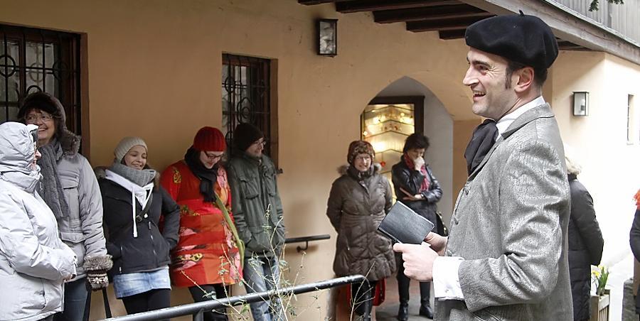 Richard Wagner (alias Florian Sußner, rechts) höchstselbst begrüßt die Teilnehmer des Rundgangs.