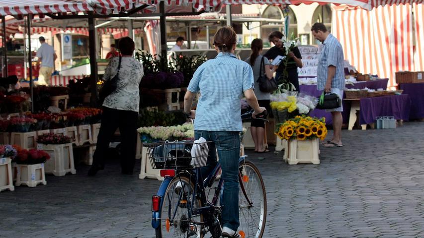 Mal schnell mit dem Rad durch die Fußgängerzone: Das ist ordnungswidrig und kostet mindestens 15 Euro. Behindert man dadurch Andere, werden 20 Euro fällig, bei einer Gefährdung 25 Euro und bei einem Unfall 30 Euro.