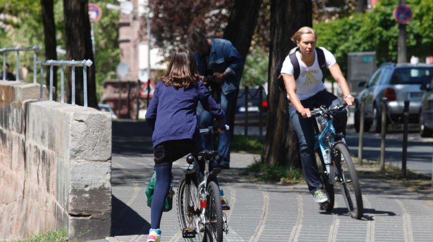 Radfahrer sollten immer den Blickkontakt zu den anderen Verkehrsteilnehmern suchen. Vor allem an Kreuzungen und Einmündungen kann man so erkennen, ob man selbst wahrgenommen wird.