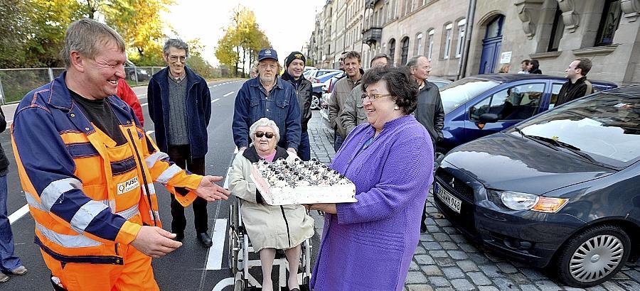 Im April wurde die Karolinenstraße zur Großbaustelle. Unverhofft eroberten Bauleiter Thomas Brantl (links) und sein Team die Herzen einiger Anwohner. Rosalinde Siepmann verabschiedete sich sogar mit einem Kuchen.