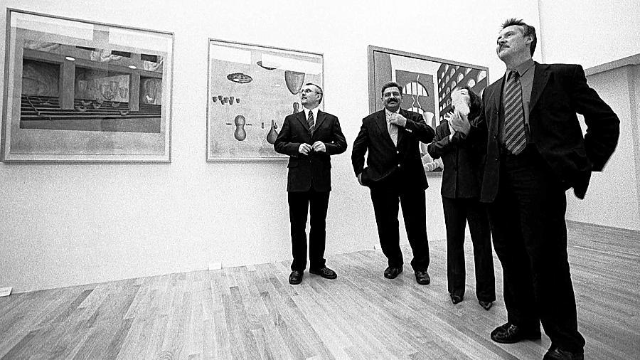Ein Bild aus den Anfangstagen der Kunstgalerie: Leiter Hans-Peter Miksch, Kulturreferent Karl Scharinger, die städtische Pressesprecherin Susanne Kramer und OB Thomas Jung (von links) begutachten im November 2002 die damals noch neuen Räume.