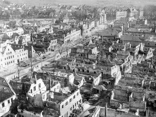 Die Luftbildaufnahme zeigt das Ausmaß der Zerstörung in der Neumarkter Innenstadt im April 1945.