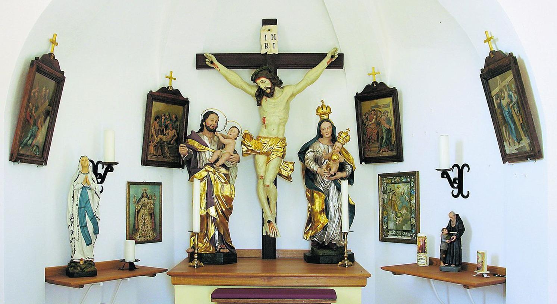 Die feuchte Luft in der Kapelle und Schädlinge setzten der Innenausstattung arg zu – die Figuren wurden deshalb im Rahmen der Sanierung ebenfalls restauriert.