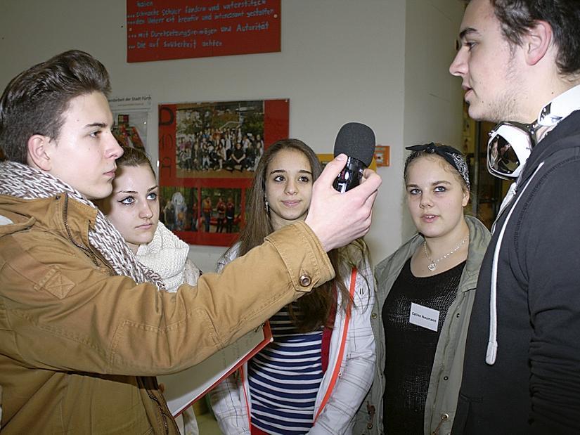 In der Rolle von Radioreportern wollen Mark Parmer (v.li.) , Gabriele Felker, Ilenia Marina und Celine Neumann von Mitschüler Jesse Chambless wissen, warum sich Jugendliche oft so wenig engagieren.