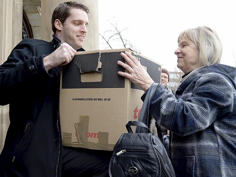 Rechtsanwalt Michael Euler und die Betreuerin des verurteilten Ulvi K., Gudrun Rödel, hieven einen Umzugskarton mit den rund 2000 Seiten des Wiederaufnahmeantrags in das Gebäude des Bayreuther Landgerichts.