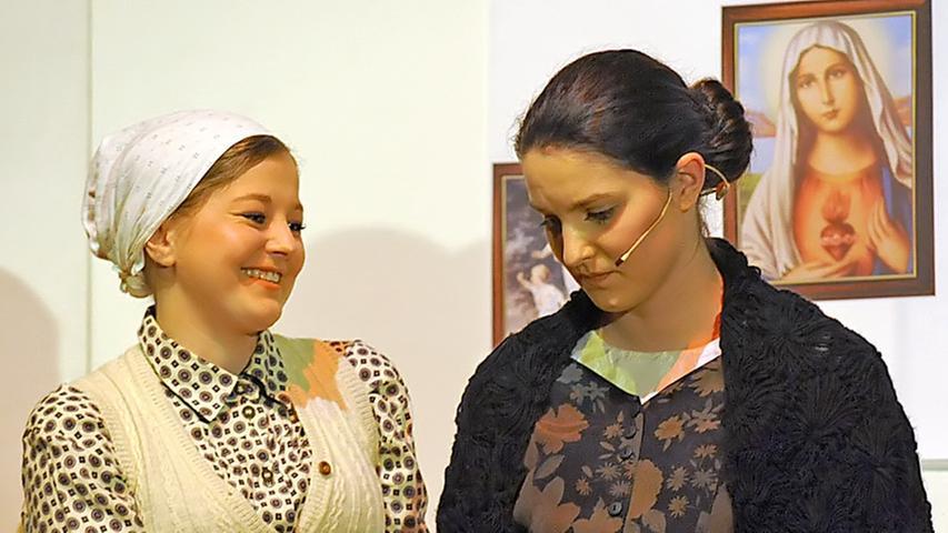 Das polnische Dienstmädchen Mascha und Lisa machen sich Sorgen: Beide um den geliebten Mann; der eine kämpft gegen die Deutschen, der andere gegen die Polen.