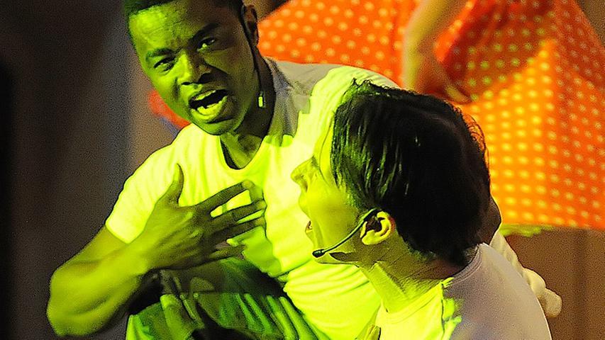 Ergreifendes Duett: Die Szene mit den GIs ist ein bunter Hingucker des Musicals.