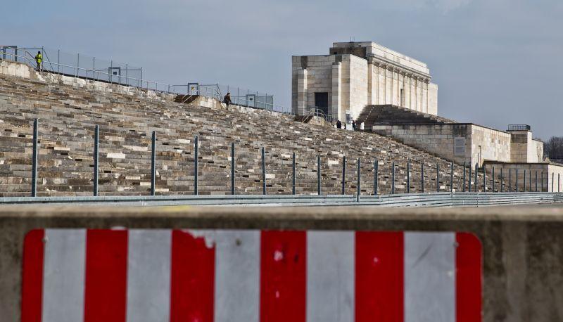 Blick auf die Zeppelintribüne auf dem ehemaligen Reichsparteitagsgelände. Das Nazi-Relikt aus Kalkstein bröckelt an zahlreichen Stellen. Die geplante Instandhaltung des Baus durch die Stadt Nürnberg ist ein langwieriges und teures Unterfangen.