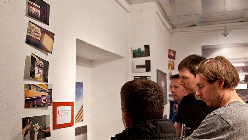 Veranstalter der Ausstellung und Weinerei-Mitglied Dirk Murschall (Zweiter von rechts) betreibt den Foto-Blog Sugar Ray Banister.