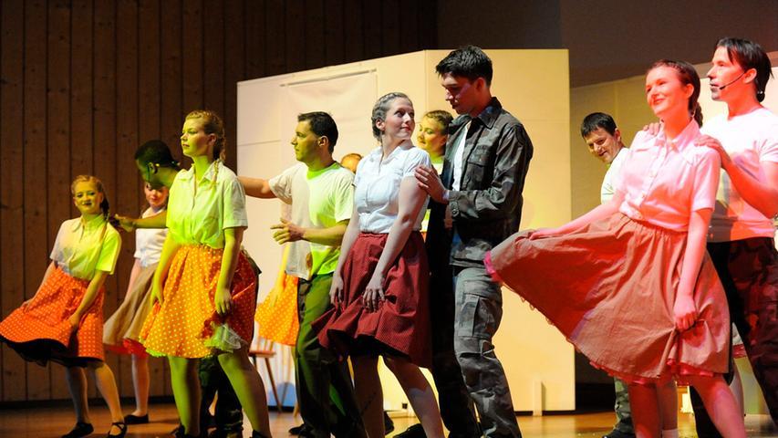 Es sind viele Feinheiten, die der Handlung Dimension geben: Wie hier eine  ausgelassene Tanzszene aus der Nachkriegszeit.