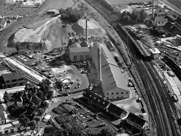 Die Ziegelei Tauber & Bayerlein um 1960 an der Alten Rother Straße: Mitte links das Lehmzwischenlager. Die Gebäude mit dem oberen Schlot waren das Maschinenhaus, das Kesselhaus und das Pressenhaus. Die drei kleineren Gebäude in der Mitte unten beherbergten das Büro der Ziegelei und Unterkünfte für Arbeiter, darunter die ersten italienischen Gastarbeiter in Schwabach.