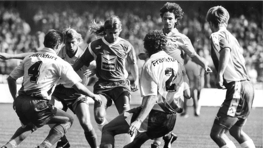 Die Frauen lieben ihn wahrscheinlich noch heute. Die Club-Fans hatten dazu nur in der Spielzeit 1993/94 Gelegenheit. In jener Abstiegssaison konnte Alain Sutter als einer von Wenigen überzeugen. Er steuerte nicht nur fünf Treffer bei 29 Einsätzen bei. Er verlieh der Nürnberger Offensive auch spielerischen Esprit. Nach besagtem Gang in Liga zwei heuerte der langhaarige Schweizer beim ungeliebten Rivalen an, wurde dort aber nie wirklich glücklich. Die letzten beiden Stationen waren für den Eidgenossen, der mit Bernd Schuster den Kosenamen