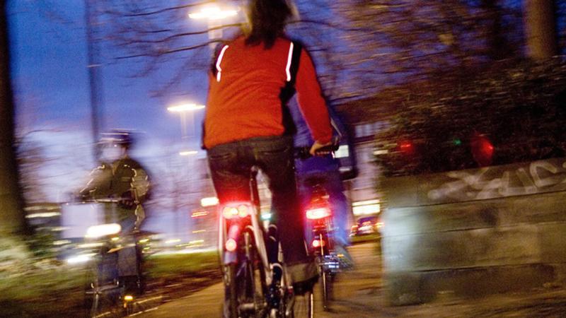 Eine Beleuchtung am Fahrrad dient in der Stadt oft weniger dem besseren Sehen, als vielmehr dem besseren Gesehenwerden. Wird der Radfahrer erst sehr spät, wenn überhaupt, wahrgenommen, führt dies mindestens zum Erschrecken des anderen Verkehrsteilnehmers - im schlimmsten Fall zum Zusammenstoß. Auch das Tragen einer reflektierenden Warnweste über der Jacke erhöht die Aufmerksamkeit der Autofahrer.