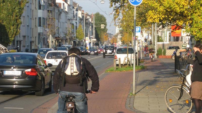 Grundsätzlich sollten Radwege nur auf der rechten Fahrbahnseite genutzt werden. Radwege auf der linken Fahrbahnseite dürfen nur genutzt werden, wenn sie in Fahrtrichtung durch ein blaues Radwegeschild oder durch das Zeichen